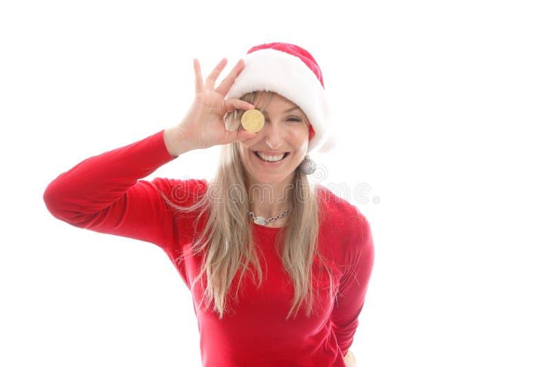 Mulher alegre que guarda um Bitcoin ou um dinheiro de Bitcoin imagem de stock