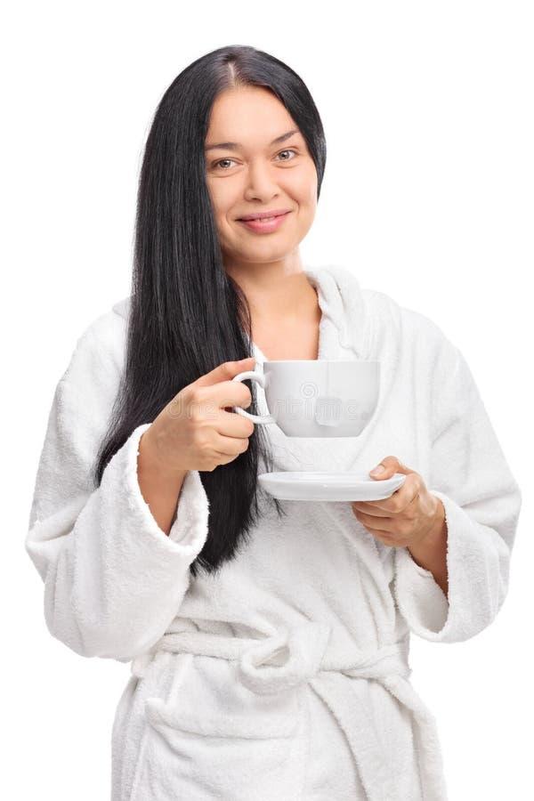Mulher alegre que guarda um copo do chá fotos de stock royalty free
