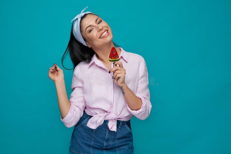 Mulher alegre que mantém o gelado no formulário da melancia imagem de stock royalty free