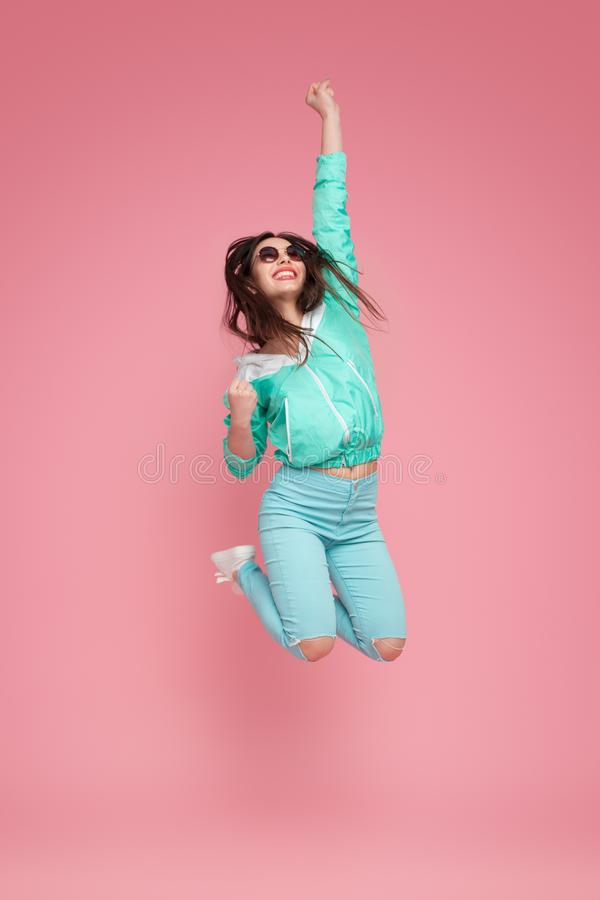 Mulher alegre que salta altamente fotografia de stock royalty free