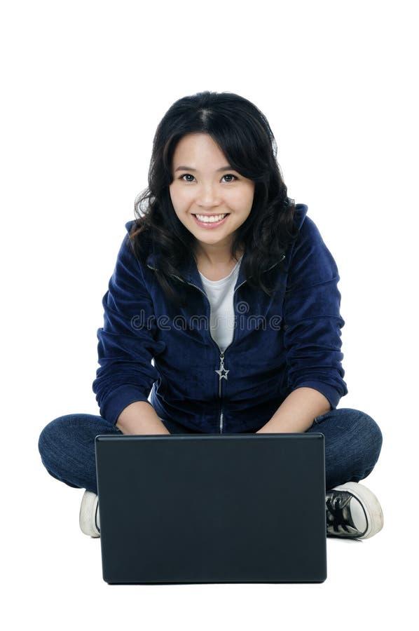 Mulher Alegre Que Senta-se No Assoalho Com Um Portátil Fotos de Stock Royalty Free