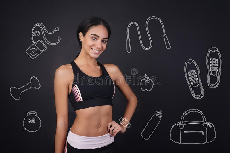 Mulher alegre que sorri e que parece pronto para seu treinamento imagens de stock royalty free