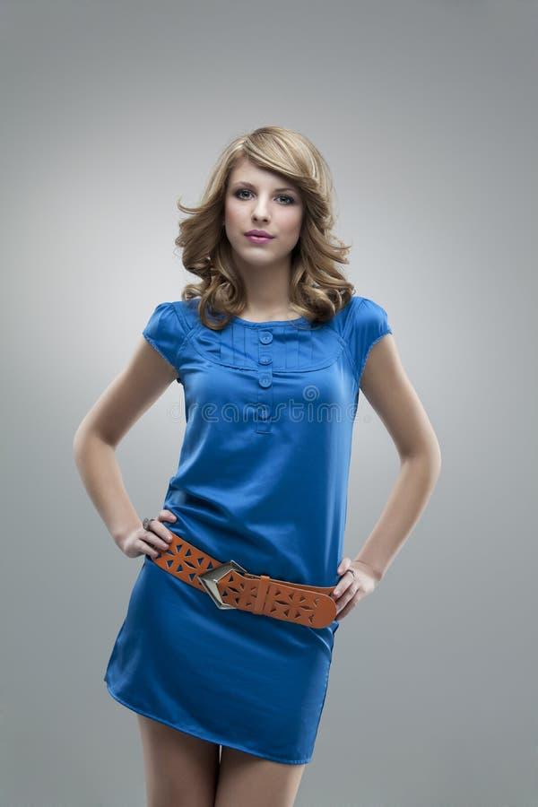 Mulher alta que levanta o vestido azul foto de stock royalty free