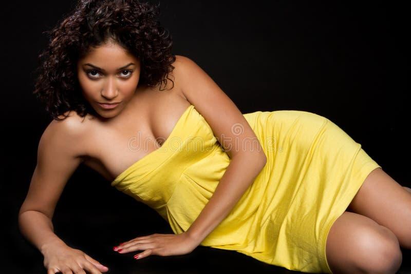 Mulher amarela do vestido imagem de stock royalty free