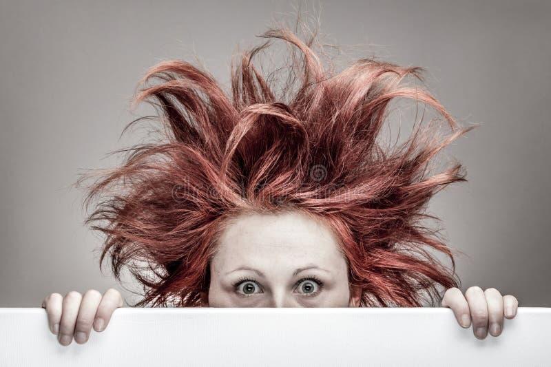 Mulher amedrontada com cabelo desarrumado imagem de stock royalty free