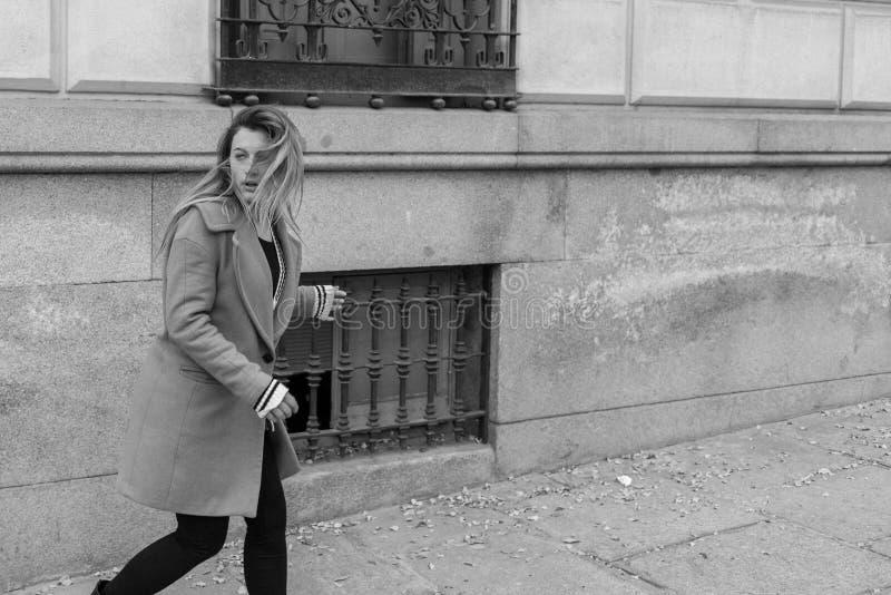 Mulher amedrontada que corre afastado fotografia de stock royalty free