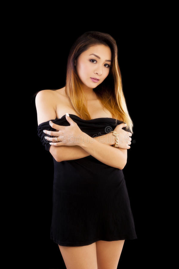 1e709aa05 Mulher americana asiática atrativa pouco vestido preto foto de stock  royalty free