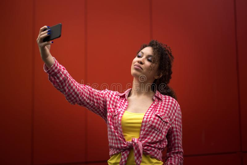 Mulher americana nova que toma o selfie em New York, quadrado do tempo imagem de stock royalty free