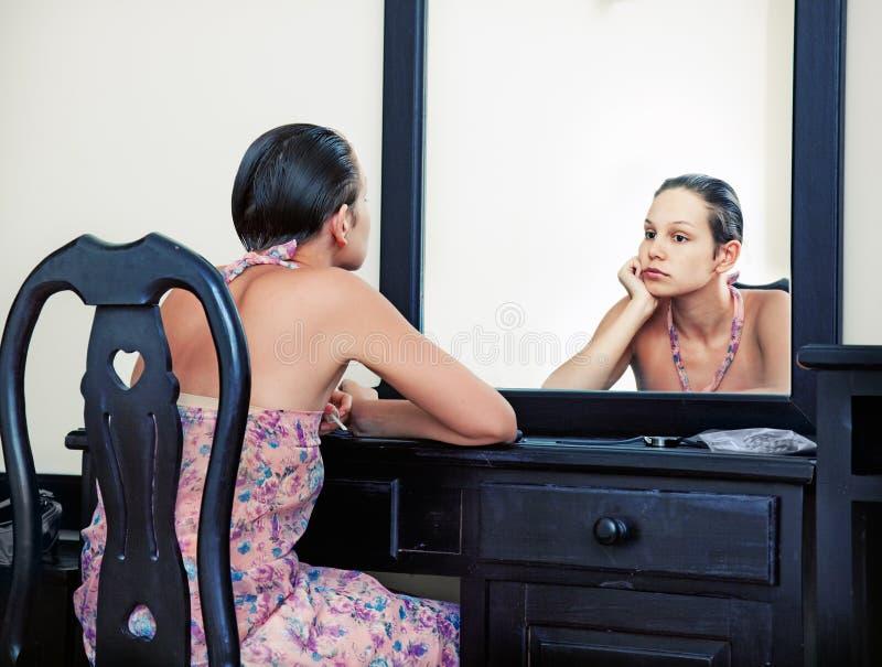 Mulher & espelho fotos de stock royalty free