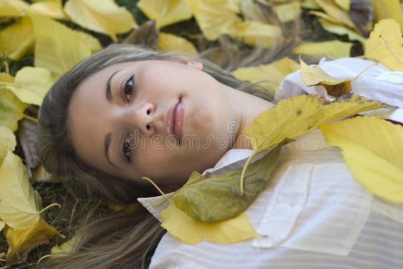 Mulher & folhas fotos de stock royalty free