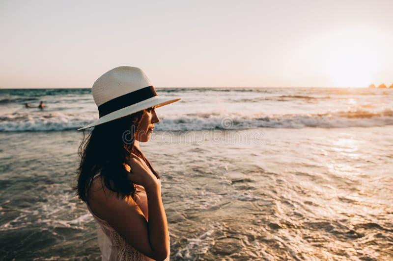 A mulher anda ao longo do litoral bonito fotografia de stock royalty free