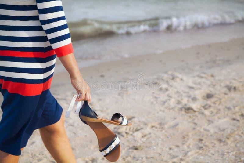 A mulher anda ao longo do Sandy Beach fotografia de stock
