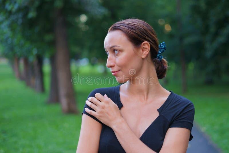 A mulher anda no parque imagem de stock royalty free