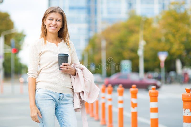 Mulher 30 anos de passeio velho na cidade em um dia ensolarado imagens de stock royalty free