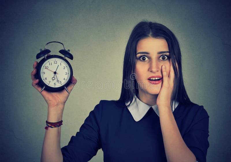 Mulher ansiosa com despertador Conceito da pressão de tempo imagens de stock
