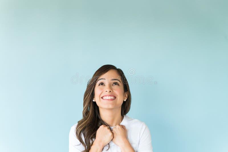 Mulher ansiosa contra o fundo liso fotografia de stock