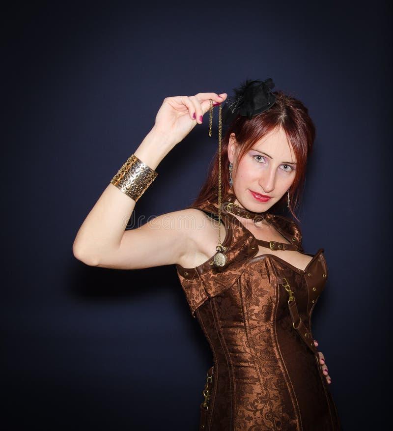 Mulher antiquado que olha o relógio de bolso fotos de stock royalty free