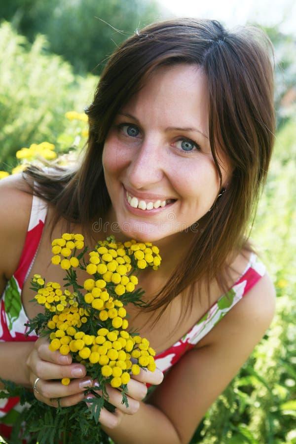 Mulher ao ar livre sob as folhas verdes. foto de stock royalty free