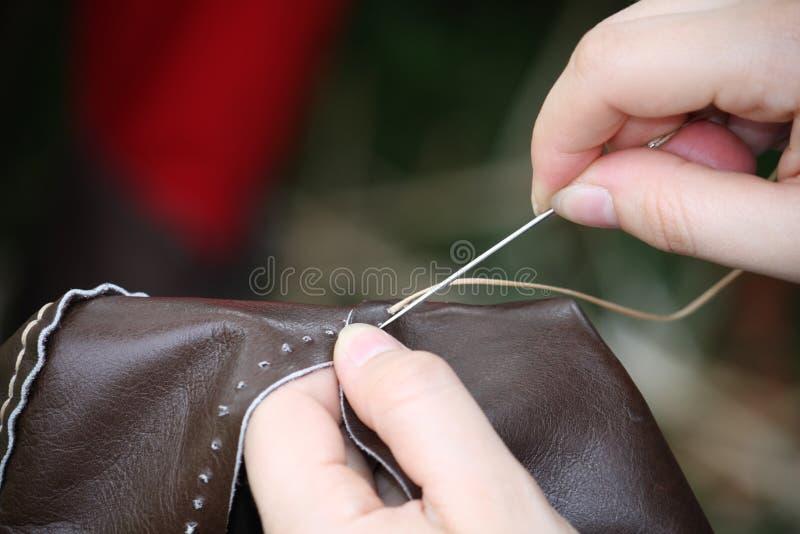 Mulher ao costurar um vestido no couro fotos de stock