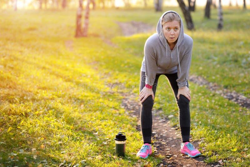 Mulher após a corrida e o exercício Corredor de maratona imagem de stock royalty free