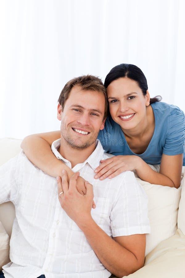 Mulher apaixonado que abraça seu noivo fotografia de stock