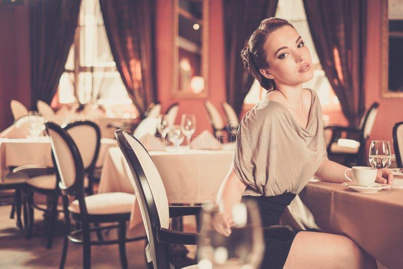 Mulher apenas em um restaurante foto de stock