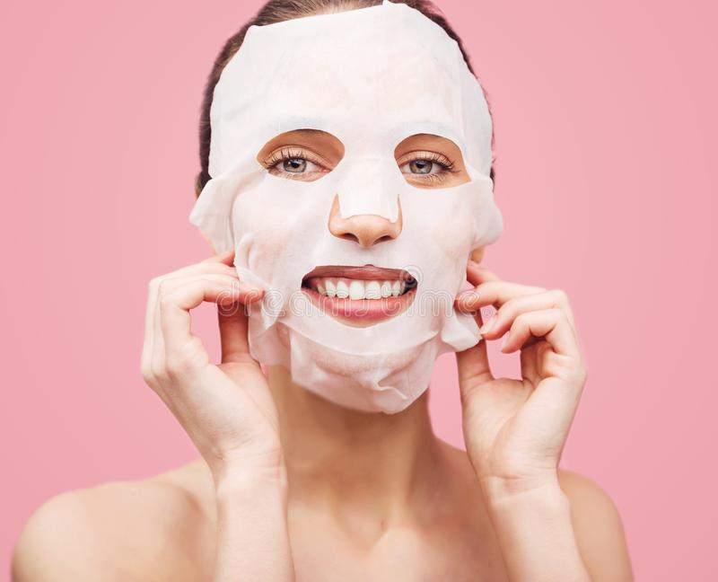 A mulher aplicou uma máscara de limpeza imagem de stock