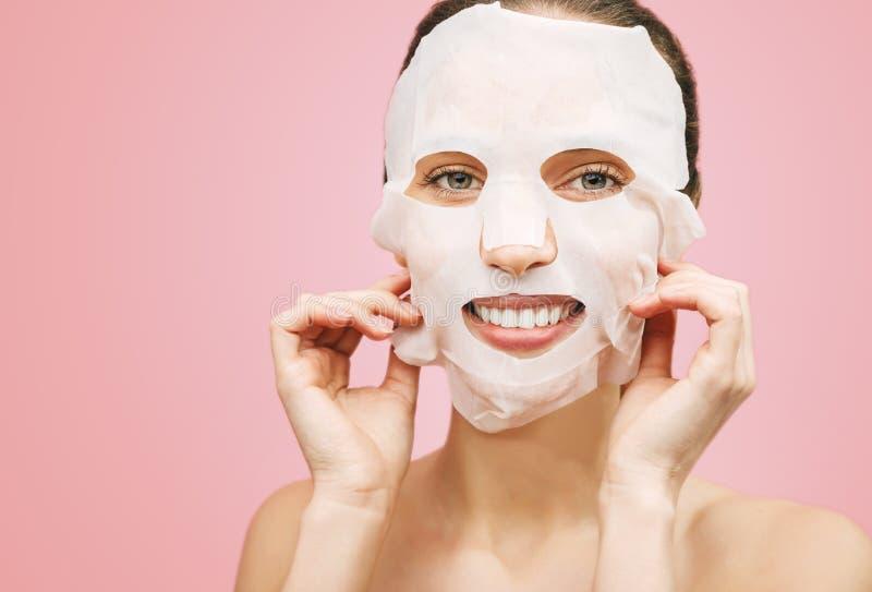 A mulher aplicou uma máscara de limpeza fotografia de stock royalty free