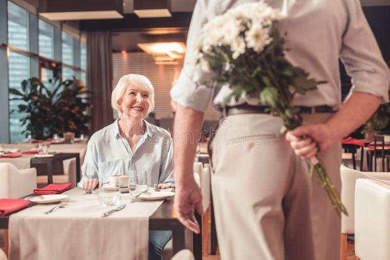 Mulher aposentada feliz que olha o homem imagem de stock