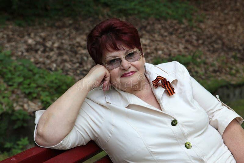 Mulher aposentada que relaxa fotos de stock royalty free