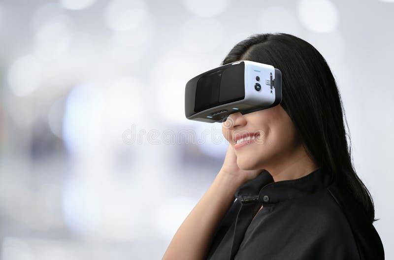 A mulher aprecia auriculares do vr imagens de stock royalty free