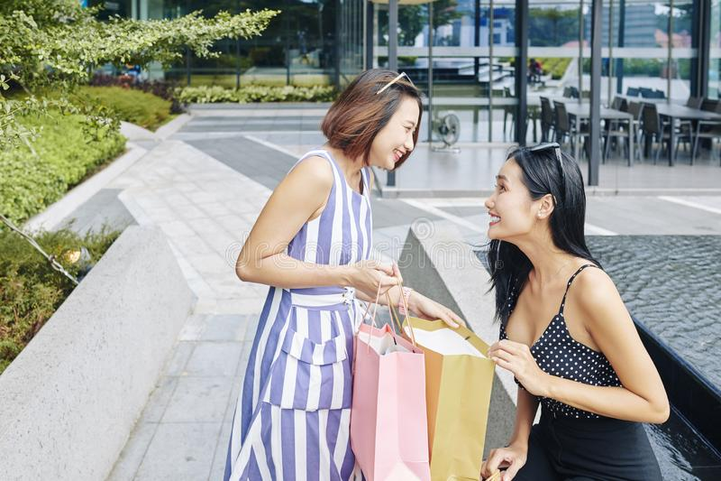 A mulher aprecia comprar fotografia de stock royalty free