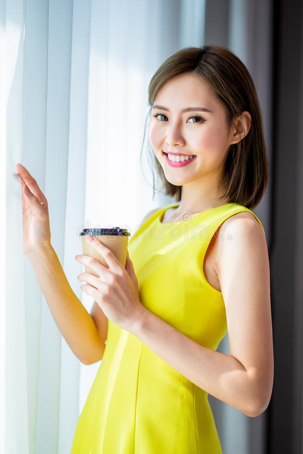 A mulher aprecia a manhã com café imagem de stock royalty free