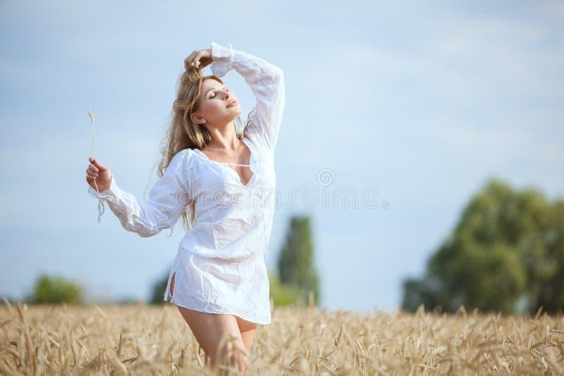 A mulher aprecia a natureza no campo fotografia de stock royalty free