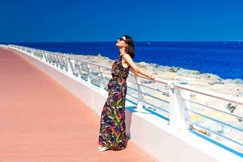 A mulher aprecia o sol fotografia de stock royalty free