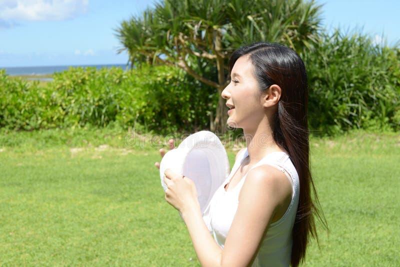 A mulher aprecia o sol foto de stock