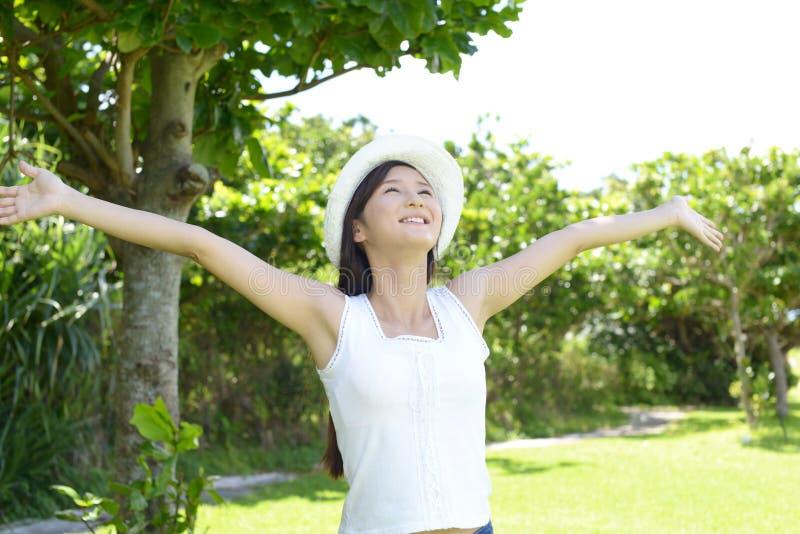 A mulher aprecia o sol fotografia de stock