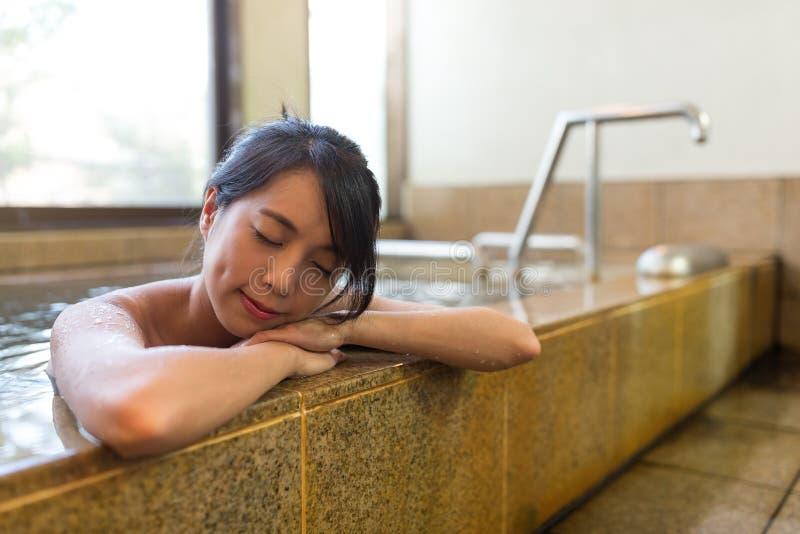 A mulher aprecia onsen fotografia de stock royalty free