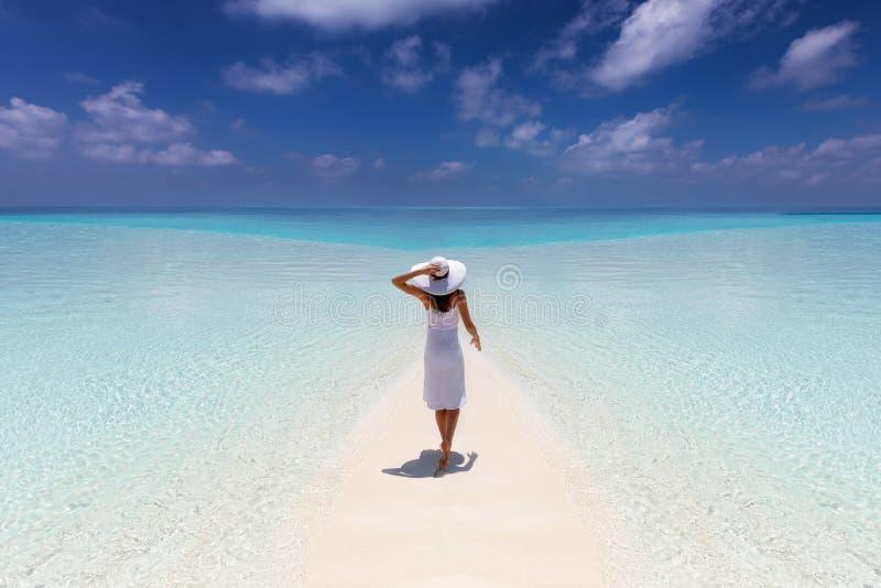 A mulher aprecia suas férias tropicais em uma praia do paraíso imagens de stock royalty free