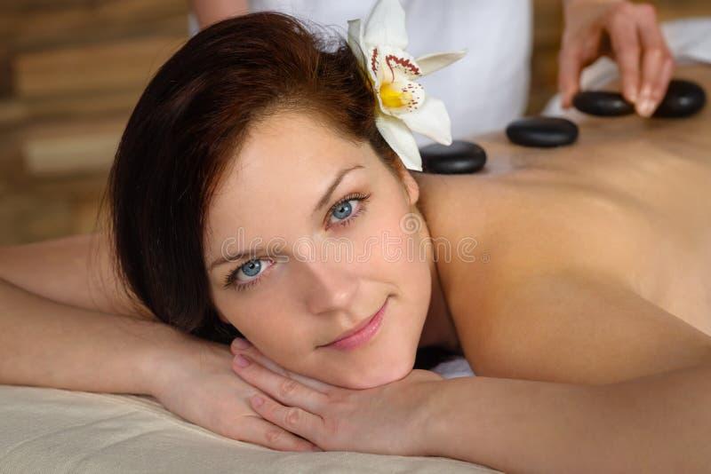 A mulher aprecia termas quentes da massagem da pedra da lava foto de stock royalty free