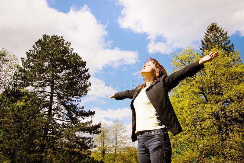 A mulher aprecia a vida fora fotografia de stock royalty free
