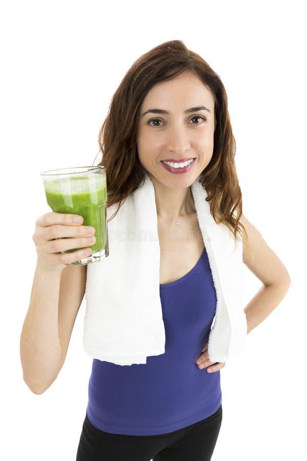 Mulher apta com batido verde foto de stock