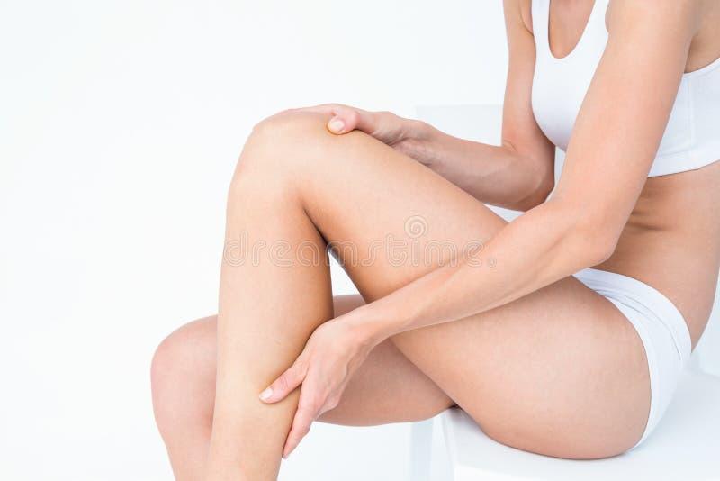 Mulher apta com dor do joelho imagens de stock