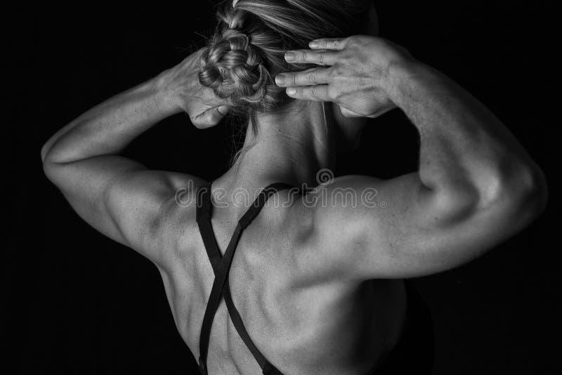 A mulher apta com músculos dados forma suporta sobre na conversão artística imagens de stock