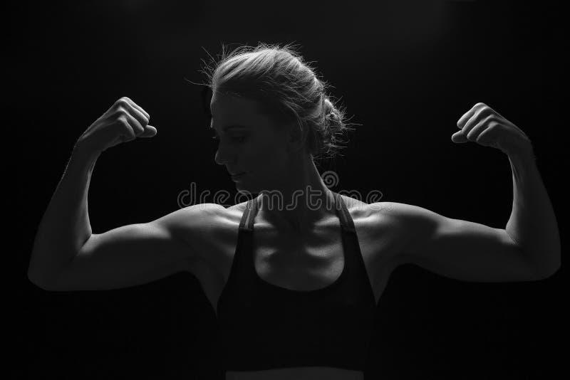 Mulher apta com os músculos dados forma em sua conversão artística dos braços fotos de stock royalty free