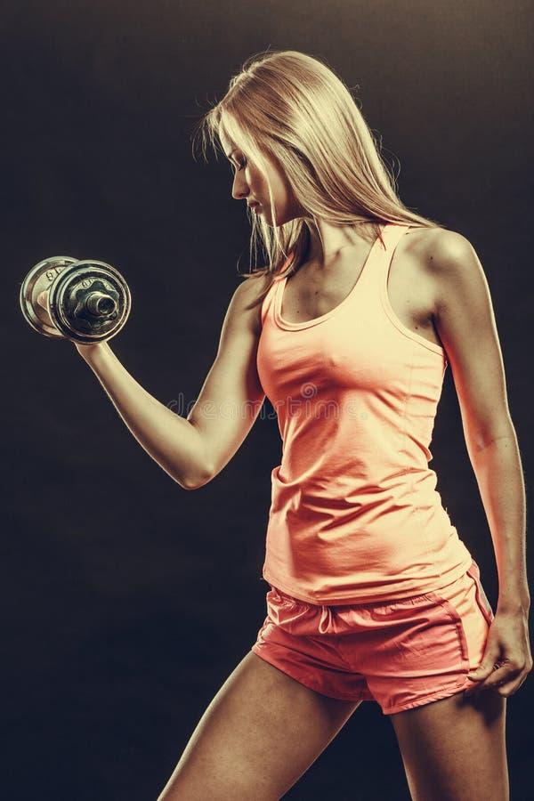 Mulher apta que exercita com pesos fotos de stock