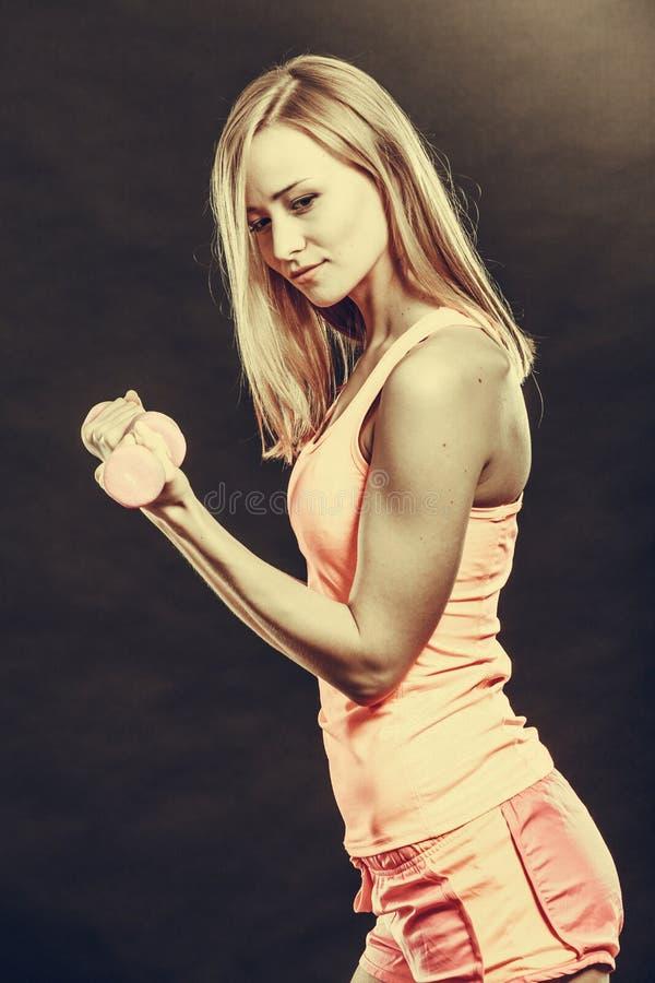 Mulher apta que exercita com pesos foto de stock royalty free