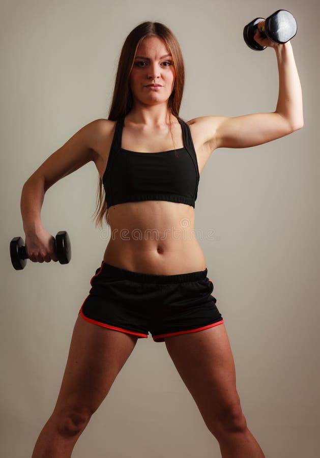 Mulher apta que exercita com pesos imagens de stock royalty free