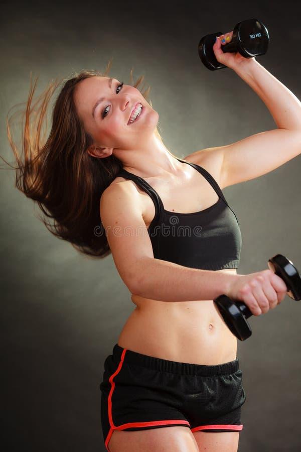 Mulher apta que exercita com pesos foto de stock