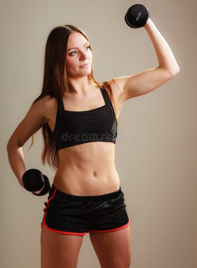 Mulher apta que exercita com pesos fotografia de stock royalty free